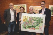 Nel Boya-de Groot fa entrega a l'alcalde de Dosrius, Marc Bosch, d'un quadre original sobre Dosrius