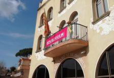 La façana de l'Ajuntament llueix la lona de la campanya 'Republiquem'