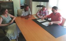 Signatura del contracte entre l'alcalde, Marc Bosch, i Manuel Pérez, representant de Curnal Invest, S.L.