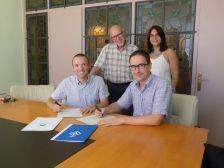 Marc Bosch i el director de l'oficina de Caixabank, SA de Dosrius, Marc Soler, firmen el conveni de col·laboració