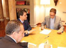 El president de la Diputació signant amb l'alcalde de Dosrius